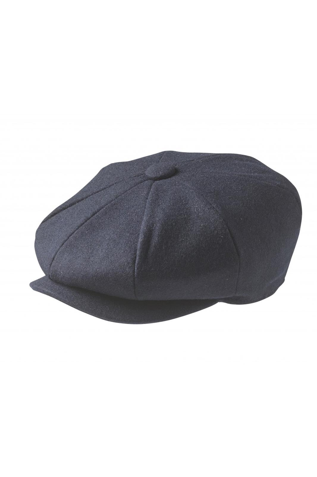 Wool Newsboy Cap Navy Blue är en klassisk, handgjord keps, gjord av 100% ull. Modellen kommer från Peaky Blinders och har en knapp på toppen. Storleksguide Small: 55 cm Medium: 57 cm Large: 59 cm X-large: 61 cm XX-large: 63 cm Wool Newsboy Cap Navy Blue Modell: Keps Färg: Blå Storlek: M-XL Material: 100% ull Varumärke: Peaky Blinders