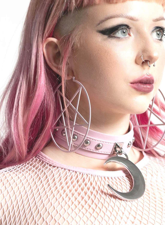 Killstar pastellrosa pentagram örhängen