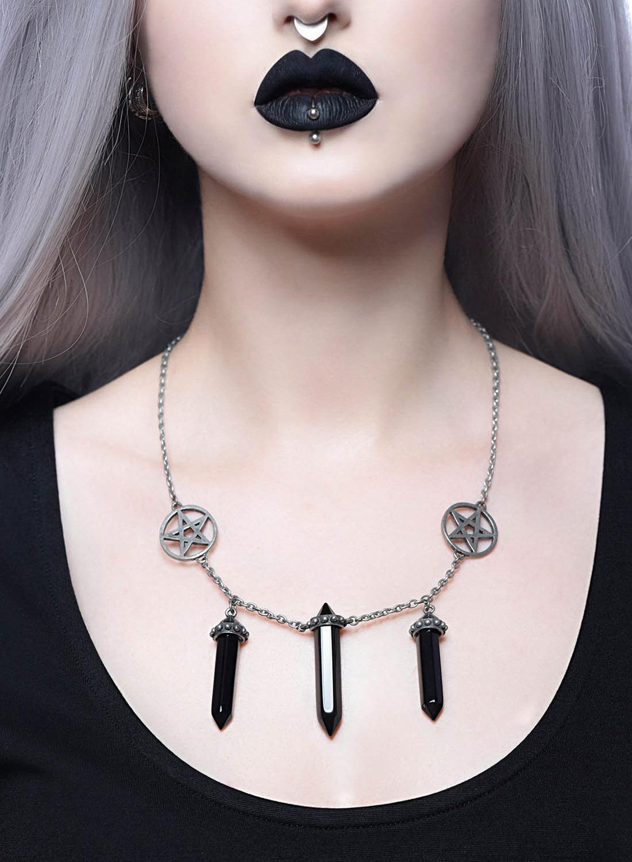 Trinity, halsband från Killstar med silverfärgad kedja, pentagram och svarta hängen. Tillverkad i 100% legeringsmetall. Storlek: 60 cm.
