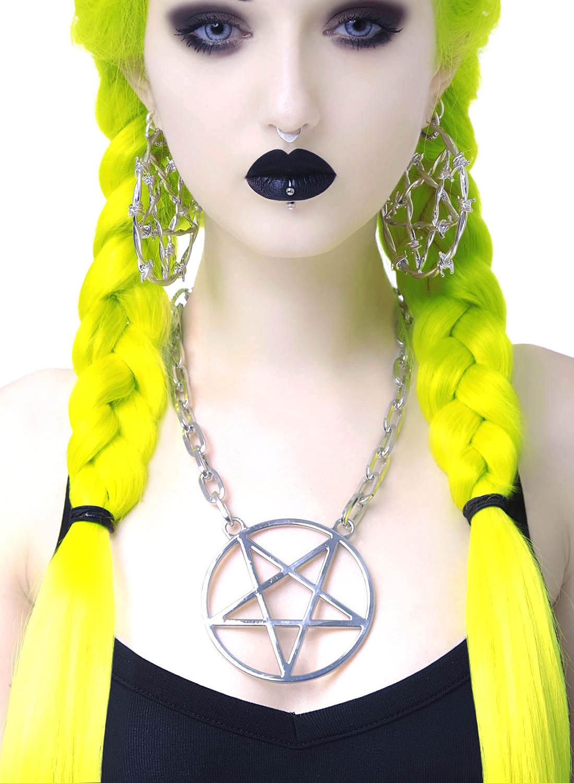 Hextasy, chain choker från Killstar. Stort pentagram i silverfärg med en knäppning som gör det möjligt att justera längden på kedjan. Tillverkad i 100% alloy metall. Kedjestorlek: 48 cm. Hänge storlek: 7,7 cm.